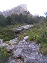 L'uscita dal sentiero (monolite sulla destra)