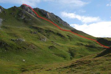 Quasi al Col Serena (sullo sfondo) si lascia il sentiero e si raggiunge la punta quota 2710 m