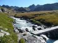 Il ponte che conduce al Lago del Rutor e poi al salto del torrente