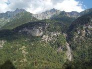 La valle del Rio d'Alba con al centro il Pizzo del Forno