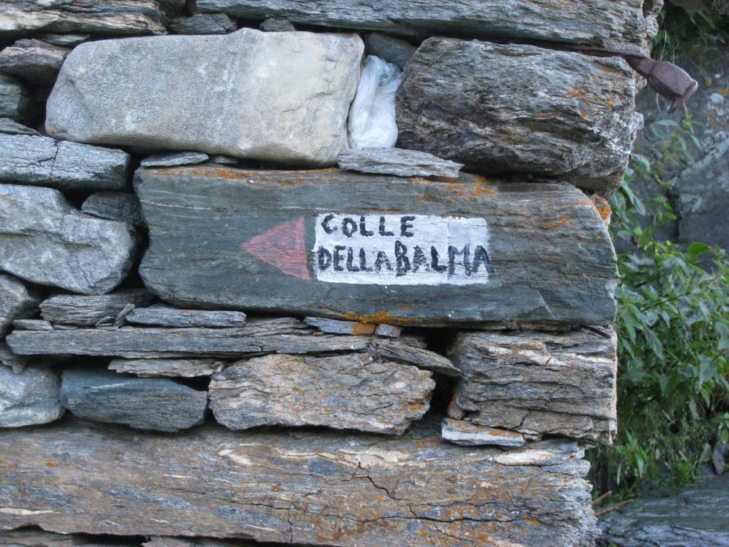 Indicazione per il Colle, sul muro d'angolo del crutin a la Balma