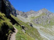 Il sentiero del postino sotto il Coulour Bianco.