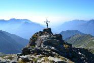 croce di vetta e panorama verso la pianura