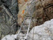 Scaletta all'inizio della ferrata, che permette di superare il vuoto di ghiaccio