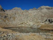 Lac Balaour parzialmente ghiacciato e dietro Gelas e Cayre Cabret