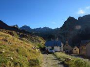 Alla partenza da Madone de Fenestre, il Caire Cabret è la montagna all'orizzonte sopra al tetto del rifugio