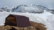 Vista col bivacco e il ghiacciaio