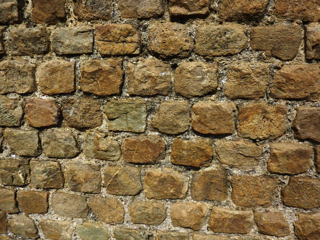 Particolare muro che serviva per delimitare l'area dei monumenti funerari