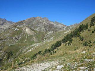 Verso il Colle del Sabbione, in fondo al centro destra il colle del Vei del Bouc