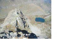 Tutta la cresta dalla vetta ,e a dx in basso il Lago Nero..