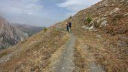 salendo lungo il comodo sentiero attraversando pendii erbosi (28-9-2013)
