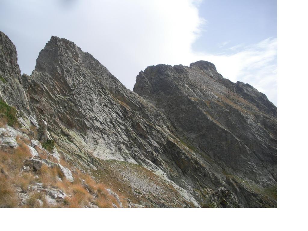 L'innominata e la Rocca Pan Perdu' a dx..scendendo nel valone di Riofreddo