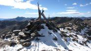 la vetta del Monte Laroussa con ometto e paletto in legno (12-10-2013)