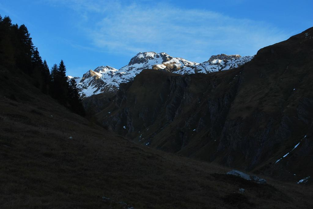 Prime luci sulla meta. Da sinistra: il Gran Creton, la quota 3047 e il Creton du Midi visti dalla strada per Les Ecules
