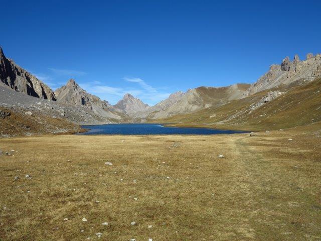 Lago dell'Oronaye salendo al colle di Roburent, in fondo il Bec du Lievre e il bellissimo altopiano tibetano chiuso dalla Meyna