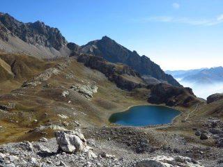 Dal sentiero alto il lago inferiore di Roburent e dietro il Passo Peroni e il Bric