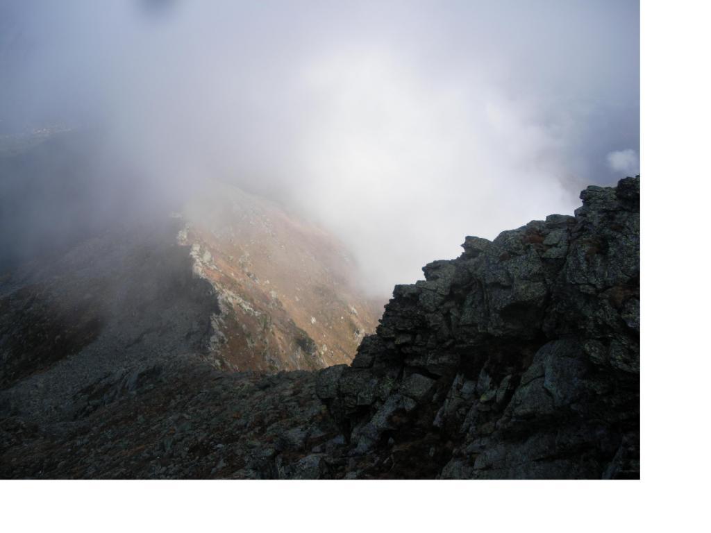 Tra un po'  le nebbie avranno la meglio qui' in cresta..