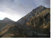 Il passo del Mottone e adx il Pizzo del Ton dai laghi di Trivera..
