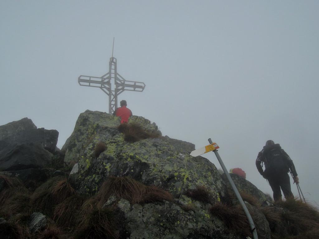 Croce di vetta nella nebbia