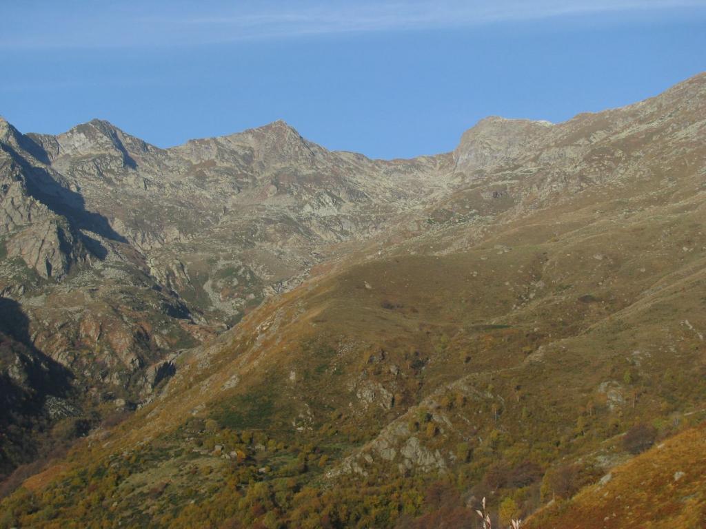Da Rabler, alpe Loetto ed in alto a dx la Punta Bordevolo
