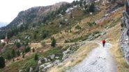 salendo lungo la stradina sterrata che costeggia il lago (1-11-2013)