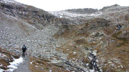 salendo lungo i pendii erbosi e detritici verso il Col d'Aussois (1-11-2013)