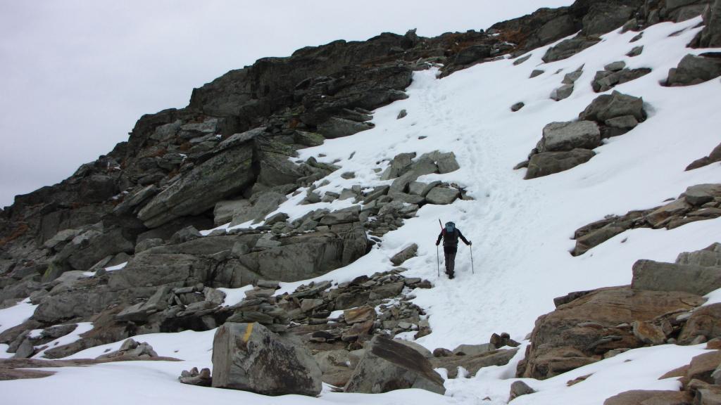 Enrico in salita tra neve e pietrame a quota 2860 m. (1-11-2013)