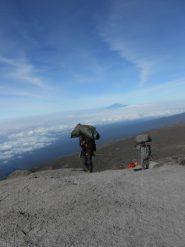 Portatori e sullo sfondo il Monte Meru