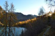 sul sentiero che costeggia il Lago dei Cavalli