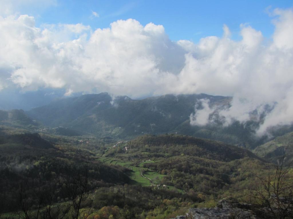 Per un attimo la nebbia si dirada e compare la vallata di Reppia