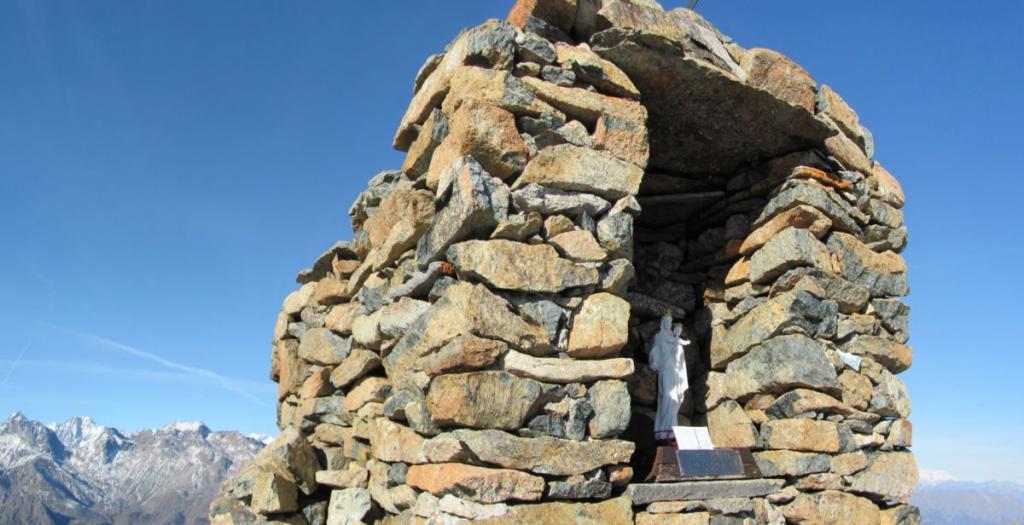Ometto in pietra con Madonnina