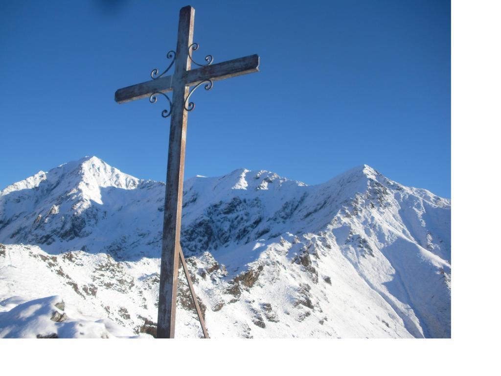 L'Altemberg a sx dalla croce quota 1709m sulla cresta sud ovest alla P.del Pizzo a dx..
