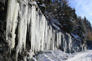 spettacolari stalattiti lungo la strada