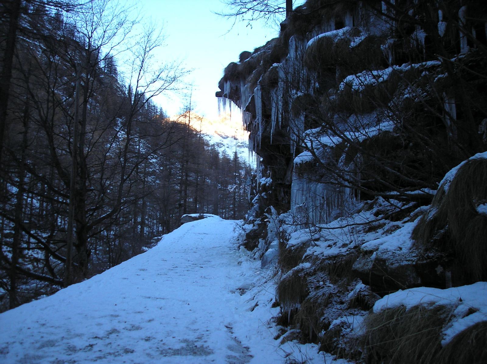stalattiti e sentiero parzialmente ghiacciato