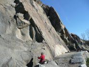 La palestra di roccia, ben evidenti lo spigolo centrale ed il diedro ancora in ombra