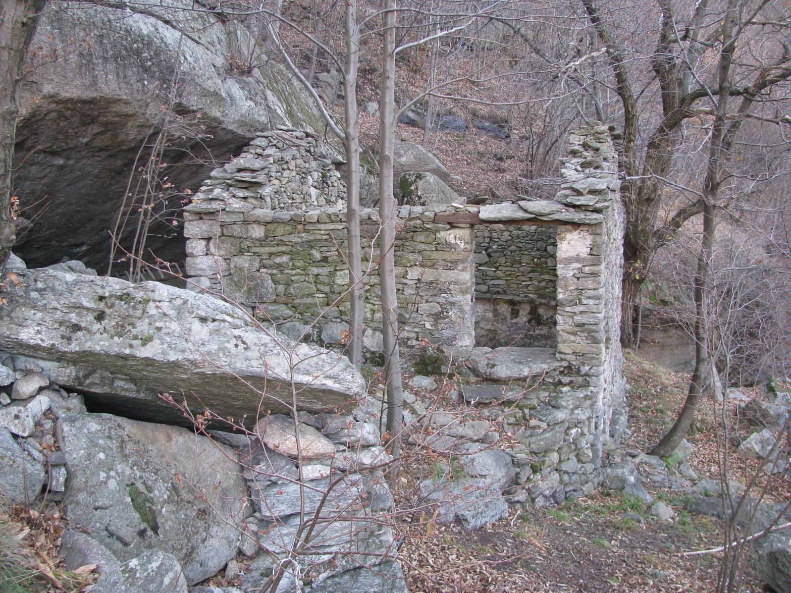 Scheletro di bella baita posta sul sentiero della Trucca