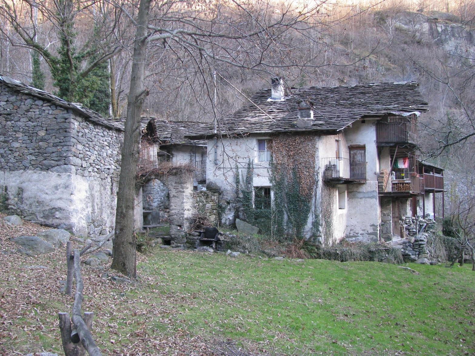 Antico borgo a monte di Roncore inferiori