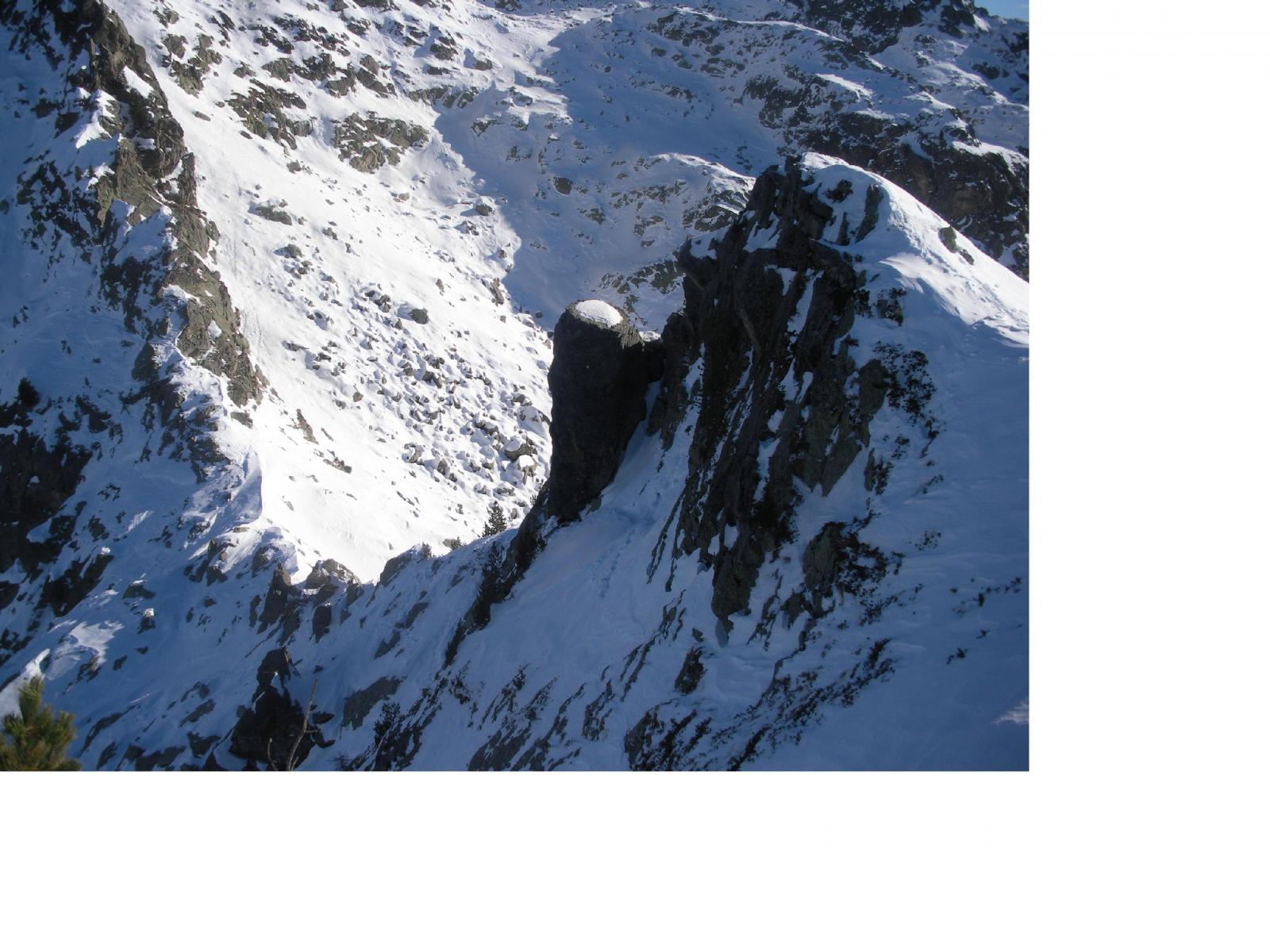 L'ardito ma breve tratto di cresta che dal colletto(in basso a sx) porta alla q.2298m..