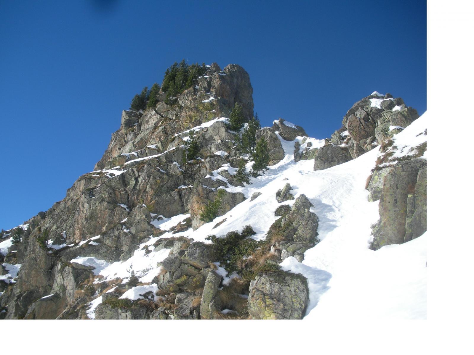 L'evidente salto roccioso..d'accesso alla q.2298m visto da sud..