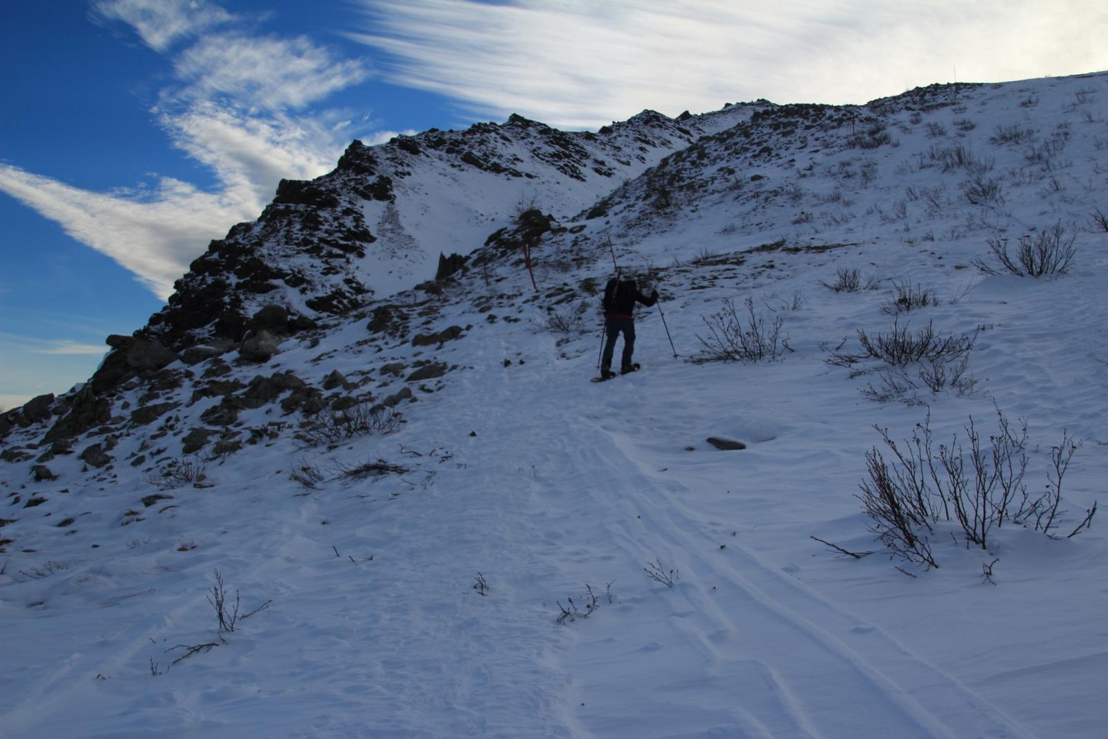 Maurizio sale un tratto ripido nel Vallone Pian Grande delle Tampe (7-12-2013)