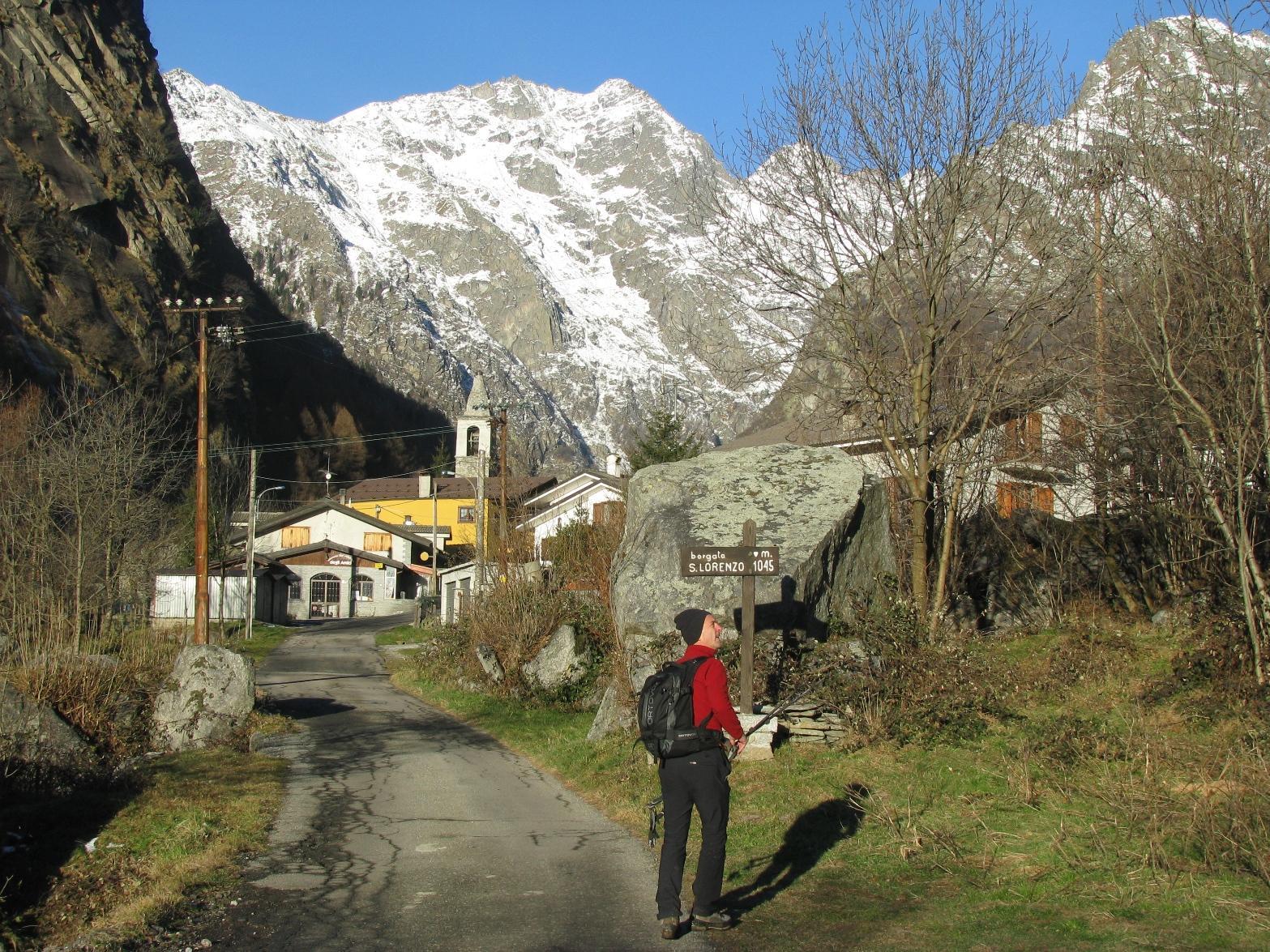 Arrivo a S.Lorenzo; Franco guarda i salti rocciosi dell'Alpe Sigliera
