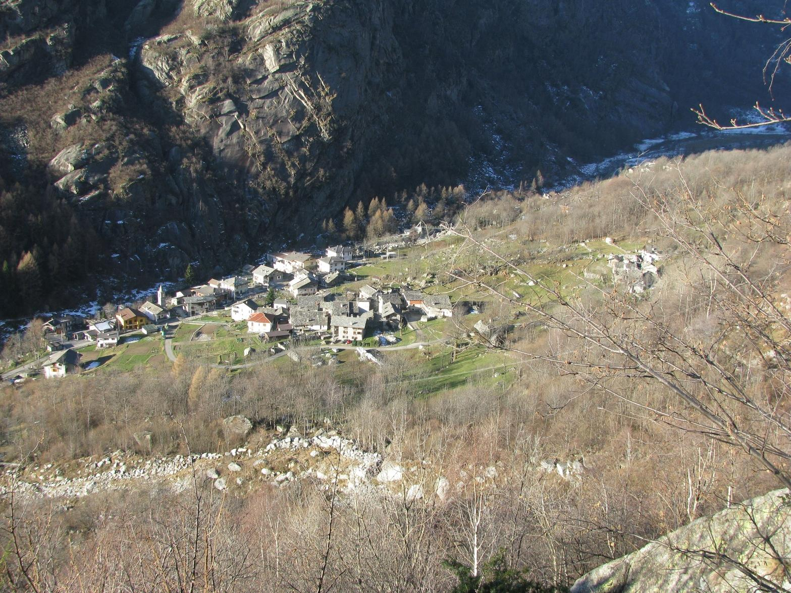 Risalendo il sentiero fra le balze, vista su San Lorenzo