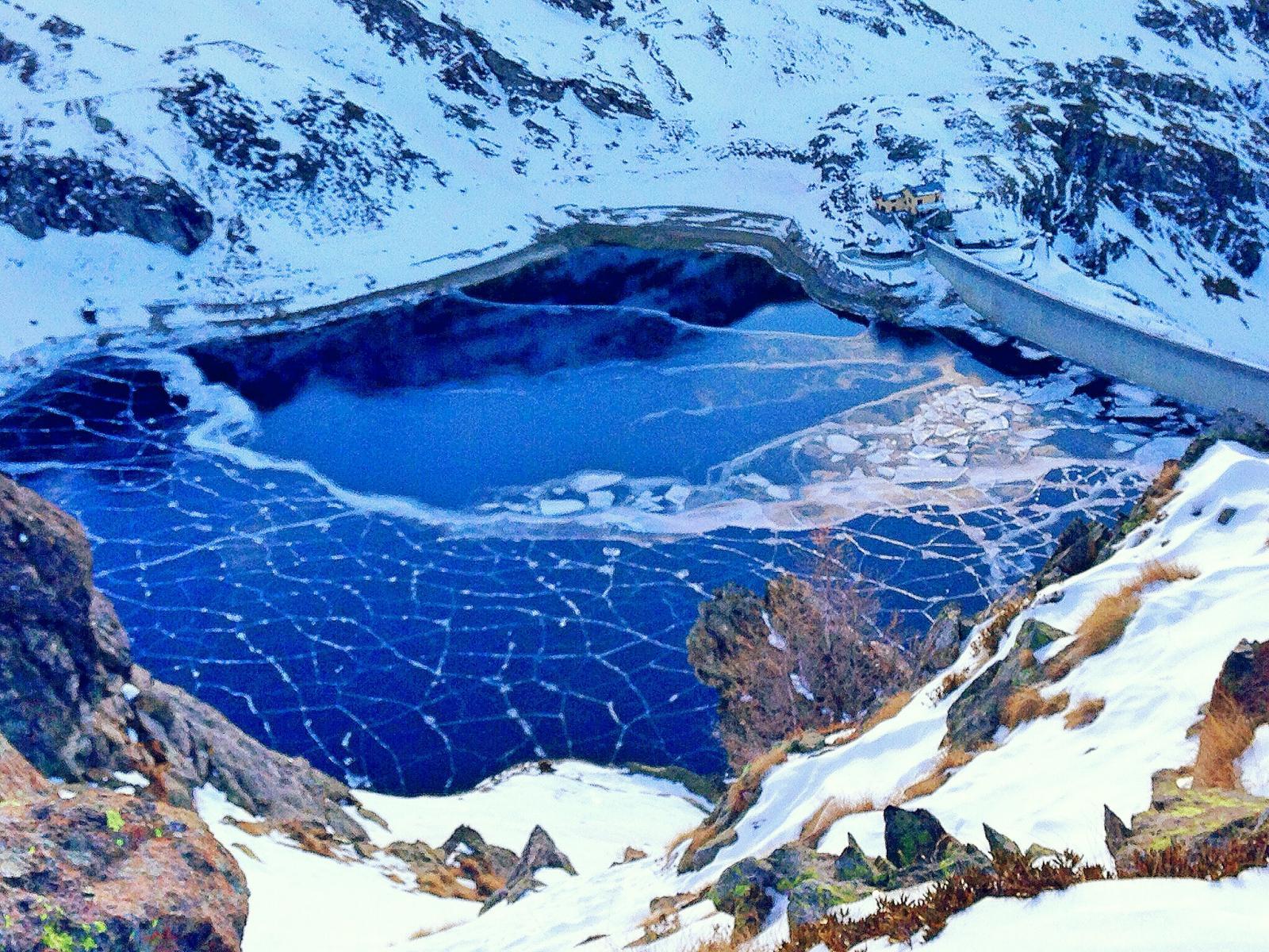 dalla cima gabiet il lago omonimo che si stà ghiacciando
