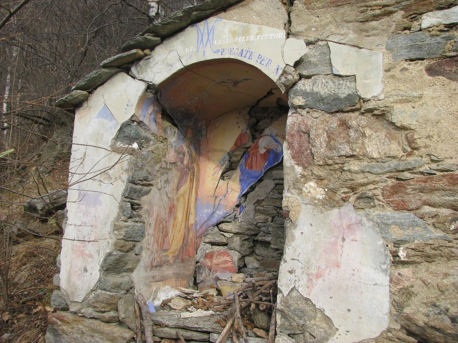 Quel che rimane del dipinto sulla casa a Cucet