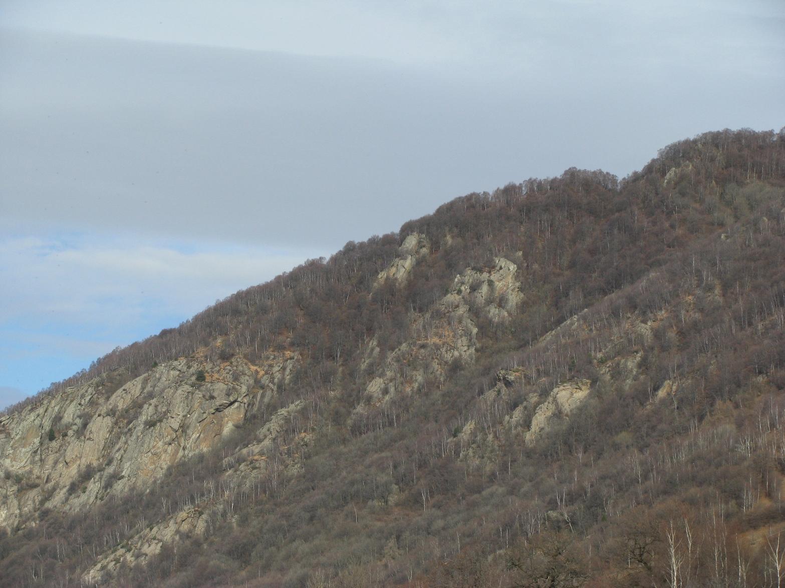 La dorsale del Monte delle Cassie; la punta è all'incirca al centro