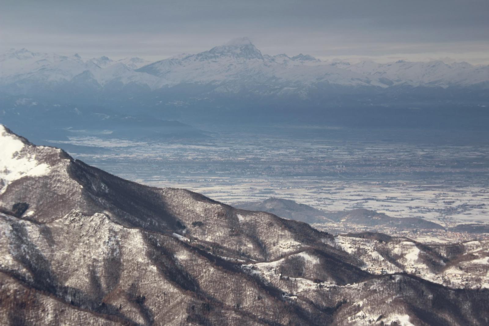 la pianura innevata e il Gruppo del Monviso visti dalla cima