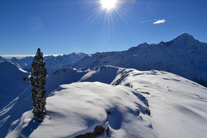 vista sulla Grivola e sulle montagne piemontesi del Gran Paradiso dalla nuova croce di vetta