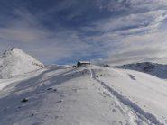 02 - la cresta da fine piste al Santuario si fa a piedi, troppa poca neve sopra le pietre