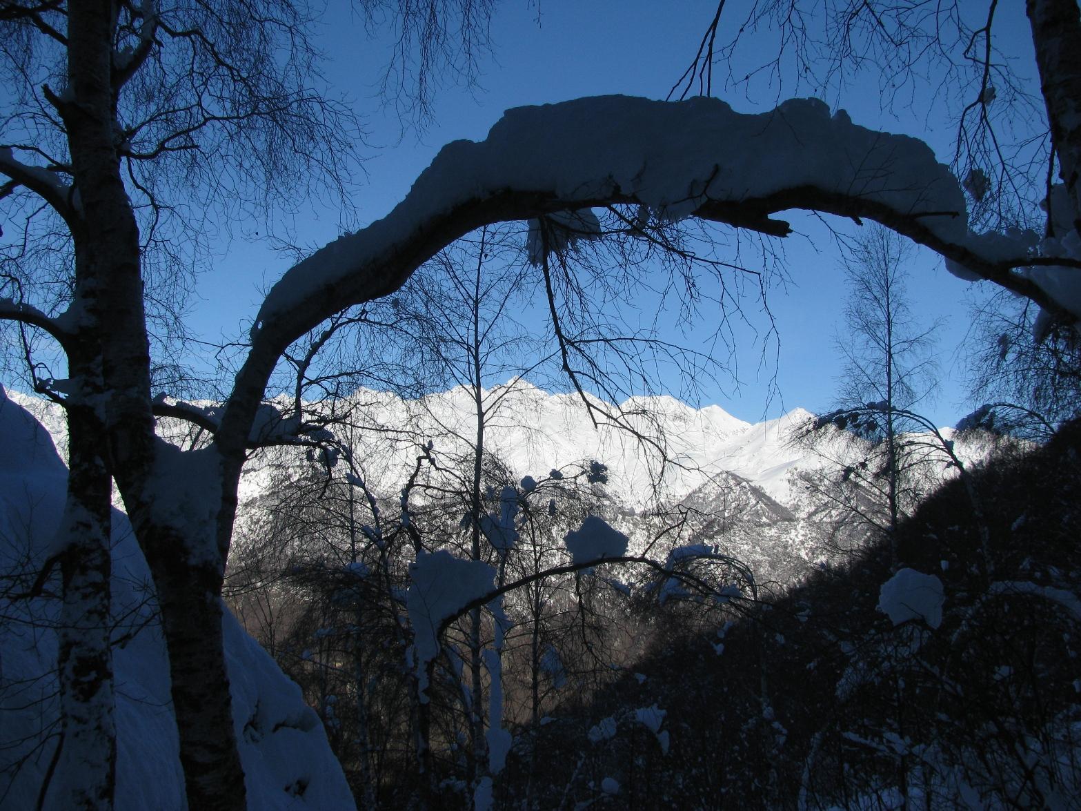 Al centro, sotto l'arco nevoso, il Monte Colombo