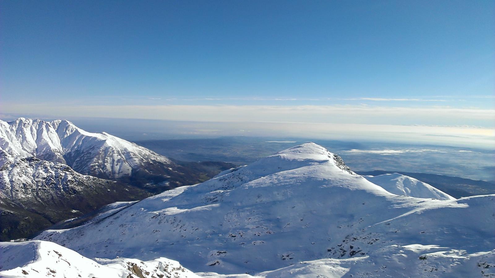 La cresta del Monte Lion, verso la pianura, immersa nelle nebbie del mattino